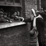 Babbo Natale consegna i regali per aiutare i bambini e le Adoption Society a Leytonstone, Londra. (Photo by Fox Foto - Getty Images). 20 novembre 1931