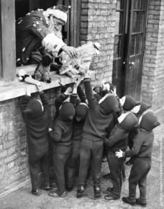 Babbo Natale distribuisce regali ai bambini alla Adoption Society a Leytonstone - Photo by Gerry Cranham - Fox Photos - Getty Images - 7 DICEMBRE 1938
