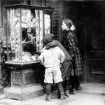 Bambini guardano le cartoline di Natale a New York 1910