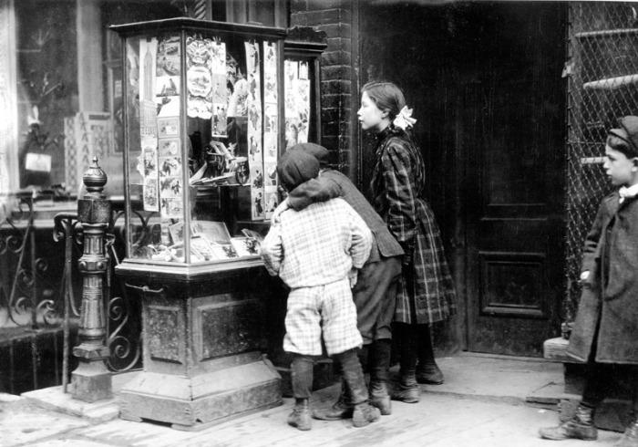 Foto Antiche Di Natale.Bambini Guardano Le Cartoline Di Natale A New York 1910