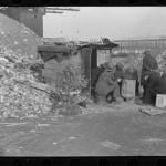 Disoccupati di fronte a una baracca con albero di Natale, East 12th Street – New York