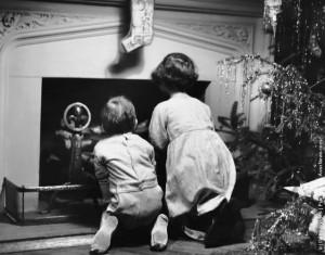 Due bambini in attesa di Babbo Natale. (Photo by George Marks - Retrofile - Getty Images). Stati Uniti, 1950 circa