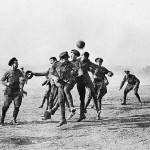 """Durante la tregua di Natale del 1914, i soldati tedeschi e britannici giocano a calcio nella """"terra di nessuno"""" tra le trincee"""