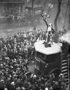 Festa di Natale per i bambini presso la Missione Hoxton, Londra. (Photo by Fox Foto - Getty Images). 18 nov 1933