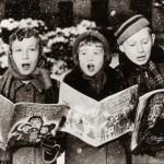 Tre giovani cantanti danno la loro interpretazione di una canzone di Natale sotto la neve. (Photo by Keystone - Getty Images). 1957