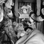 Un bambino dorme in un rifugio antiaereo addobbato con decorazioni nel Natale del 1940