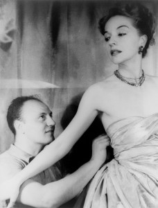 Il fashion designer Pierre Balmain apporta alcune modifiche all'abito dell'attrice Ruth Ford. Foto di Carl Van Vechten, 9 November 1947.