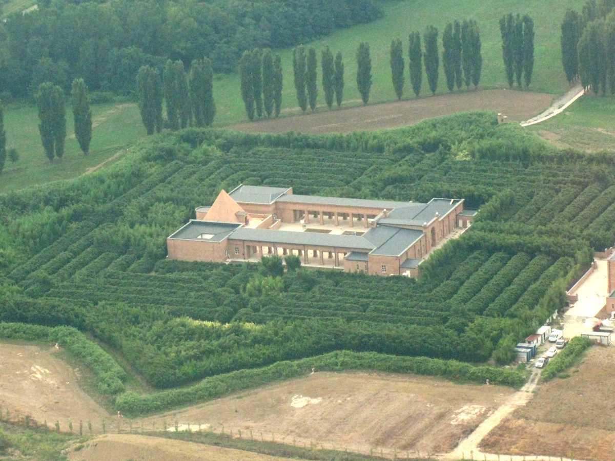 Fig. 10 – Cittadella al centro del Labirinto della Masone con cappella a forma di piramide
