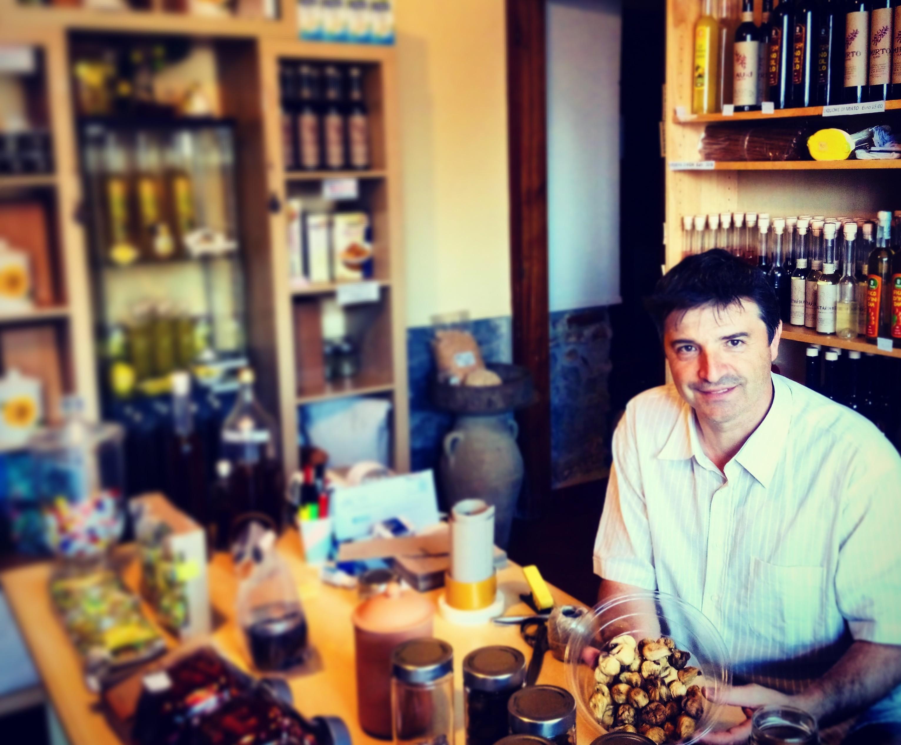 Giuseppe Pastore nel suo punto vendita e laboratorio di prodotti tipici cilentani
