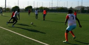 """I ragazzi di """"Calcio oltre i confini"""" durante un allenamento"""