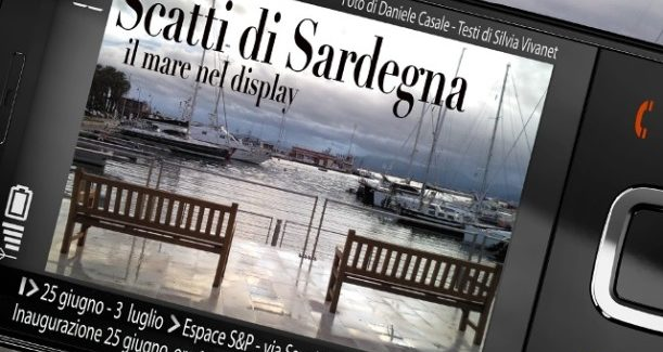 Scatti di Sardegna – Il mare nel display di un telefono