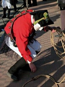 Mamuthones che prende una corda