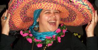 Lamya con un sombrero