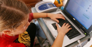 Un giovane con un portatile