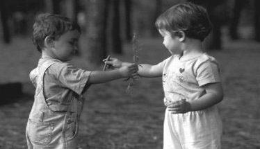 Due bambini si scambiano doni