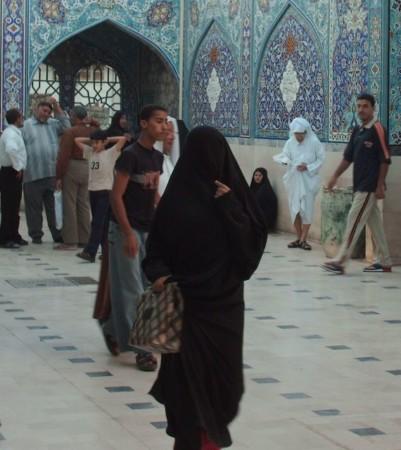uomo non musulmano che risale una donna musulmana