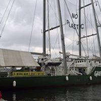 """Napoli, il tour scientifico di Greenpeace """"Meno plastica, più Mediterraneo"""""""