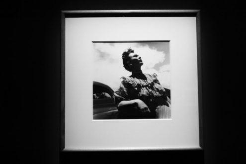 Foto di Frida in bianco e nero esposta a Milano