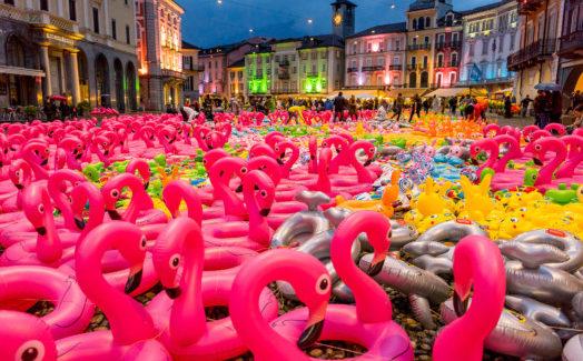 APOLIDE di Oppy De Bernardo: 6.500 salvagenti sulla Piazza Grande di Locarno