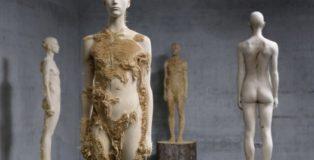 Lo scultore Aron Demetz